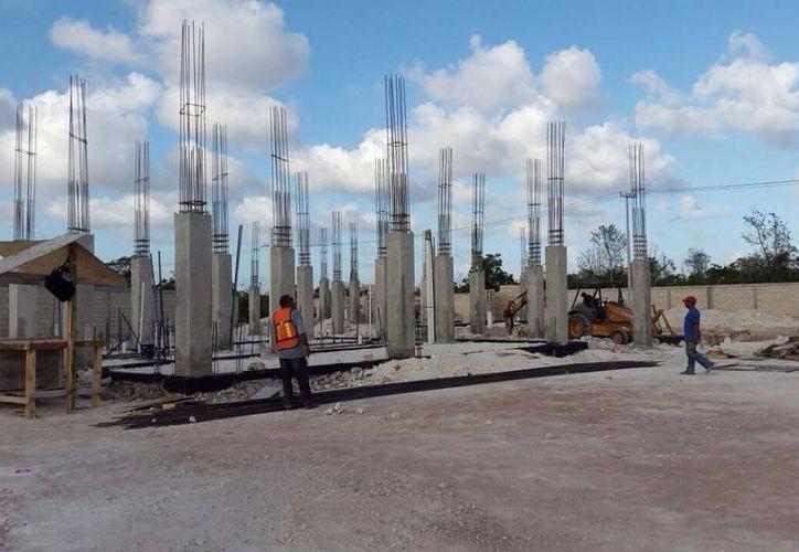 El fuerte incremento al precio del cemento derivó en alzas consecuentes a los precios de bloque, vigueta y bovedilla. (Milenio Novedades)