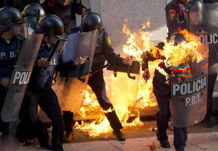 La policía intentó contener las agresiones de los encapuchados. (Agencias)