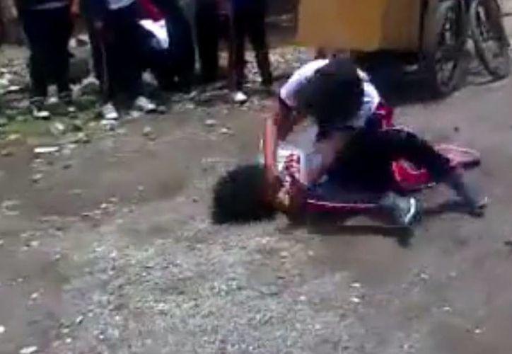 Aseguran que en la secundaria 'Adolfo López Mateos', en Chimalpa, Morelos, los estudiantes organizan cada detalle de la pelea que después publicarán en las redes sociales. (Captura de pantalla/YouTube)