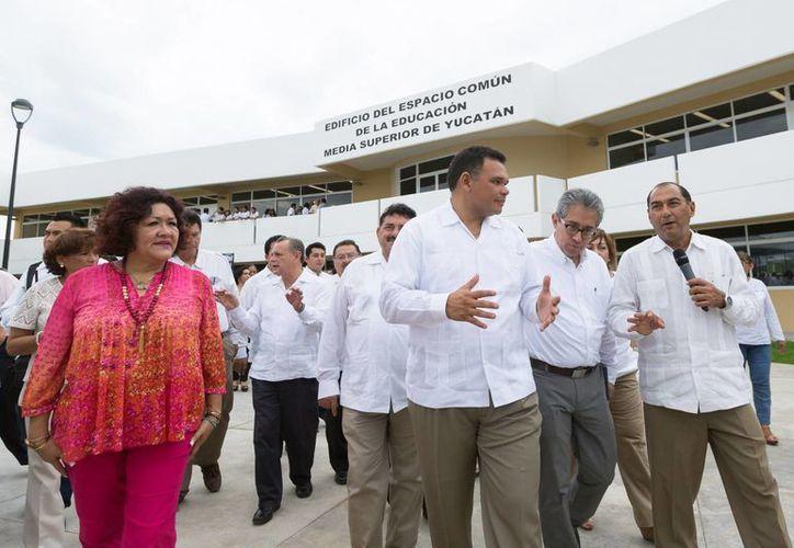 El gobernador Zapata Bello (i) inauguró el Espacio Común de la Educación Media Superior, en el fraccionamiento Yucalpetén, en compañía del secretario de Educación estatal, Raúl Godoy Montañez (d). (SIPSE)