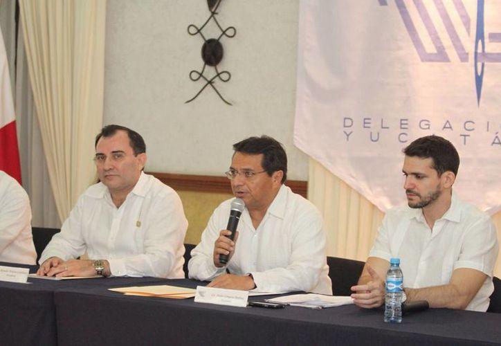 Pedro Góngora Medina (c) tomó protesta este lunes como titular de Canainve Yucatán. (Amílcar Rodríguez/Milenio Novedades)