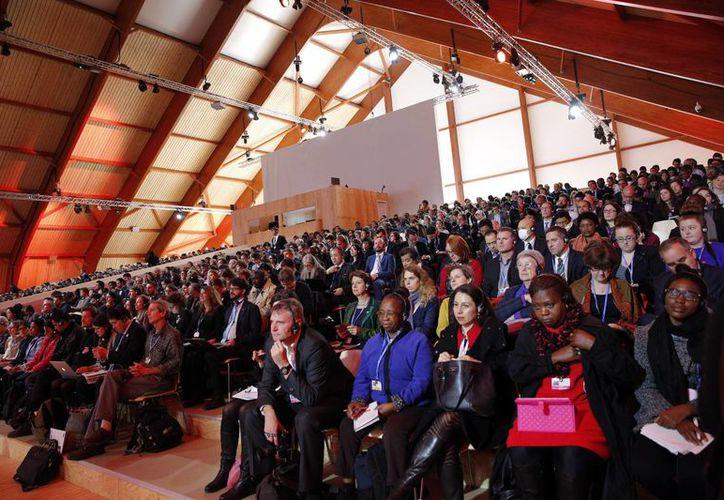 Participantes asisten a una conferencia en la cumbre del clima COP21, en Le Bourget, al norte de París. (Agencias)