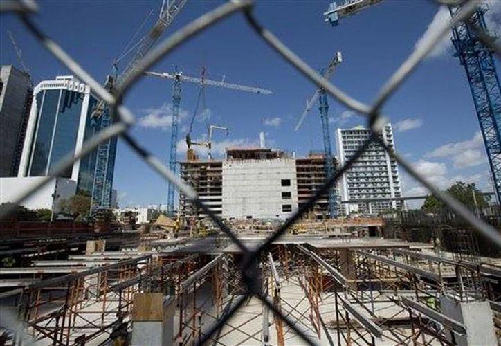 Condominio en construcción en el sector financiero de Miami. (Agencias)