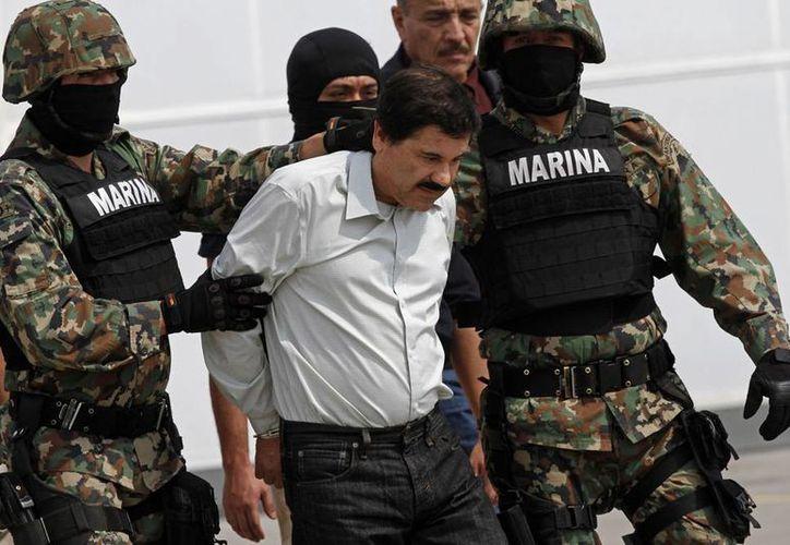 Joaquín Guzmán Loera, detenido ayer en Mazatlán, fue considerado uno de los hombres más ricos del mundo por la revista Forbes. Imagen de su traslado del DF al penal de Altiplano. (Agencias)