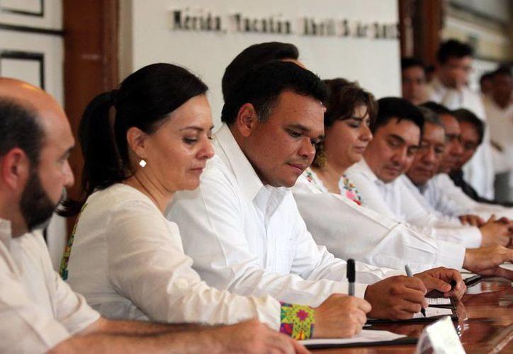 El Gobernador ofrecerá una rueda de prensa en el Parque Científico-Tecnológico. La imagen es de la firma de convenios en apoyo a indígenas yucatecos, ayer. (SIPSE)