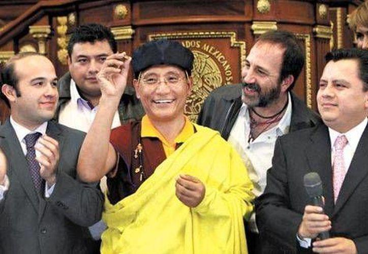 Los asistentes a la Asamblea Legislativa del DF acataron las indicaciones de la técnica impartida por el monje budista Gyalwang Drukpa. (Milenio)