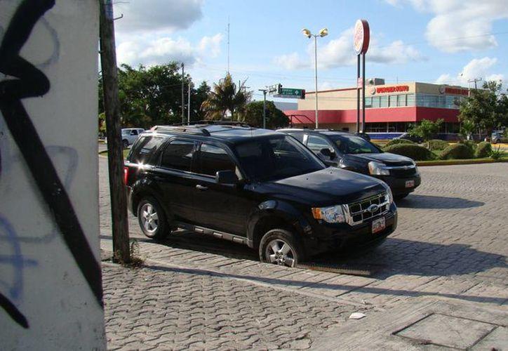 Orlando Gómez perdió el control de su vehículo. (Redacción/SIPSE)
