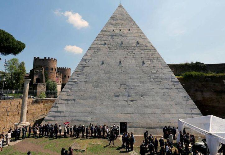 La restauración de la pirámide Cesia, en Roma, fue patrocinada por el empresario japonés Yuzo Yagi. (EFE)