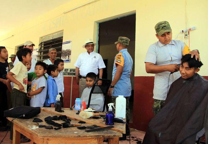 Soldados cortan el cabello a niños de Nacuché, en el oriente del estado. (José Acosta/SIPSE)