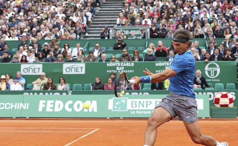 El tenista español Rafael Nadal devuelve la bola al ruso Teymuraz Gabashvili, durante el partido de segunda ronda del Masters 1000 de Montecarlo que ambos disputaron en Roquebrune Cap Martin, Francia. EFE