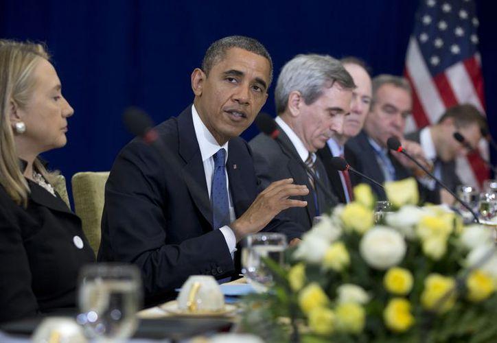 Clinton y Obama (i) dialogan  con el Primer Ministro de Japón, Yoshihiko Noda, durante la Cumbre del Este de Asia, en Camboya. (Agencias)
