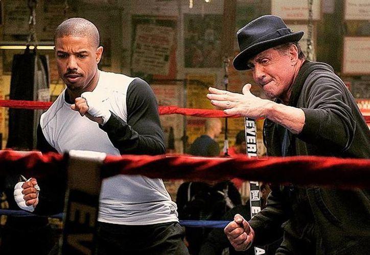 En la séptima entrega de la saga, 'Rocky' ya retirado de los cuadriláteros prepara al hijo de su entrañable rival para su pelea de campeonato. (hitfix.com)
