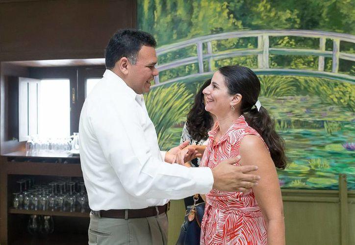 El gobernador yucateco Rolando Zapata con Sonya Tsiros, cónsulo de Estados Unidos en Mérida, a quien le extendió un reconocimiento por su labor profesional. (Cortesía)