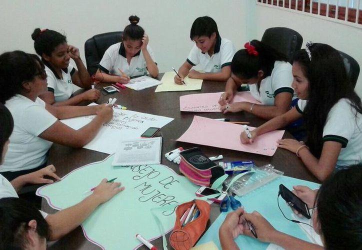 Las alumnas participan en las acciones del Consejo de Mujeres Jóvenes en Chetumal. (Redacción/SIPSE)