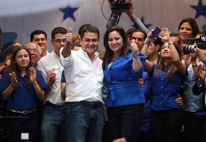 Juan Orlando Hernández  y su esposa Ana de Hernández celebran en un hotel de Tegucigalpa, Honduras. (EFE)