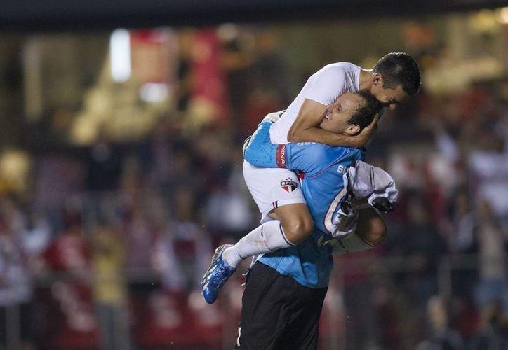 Tras un paso sin brillo por el Sao Paulo en 2013, Lucio (i) se convirtió en la principal contratación del equipo dirigido por Gilson Kleina para 2014. (EFE/Archivo)