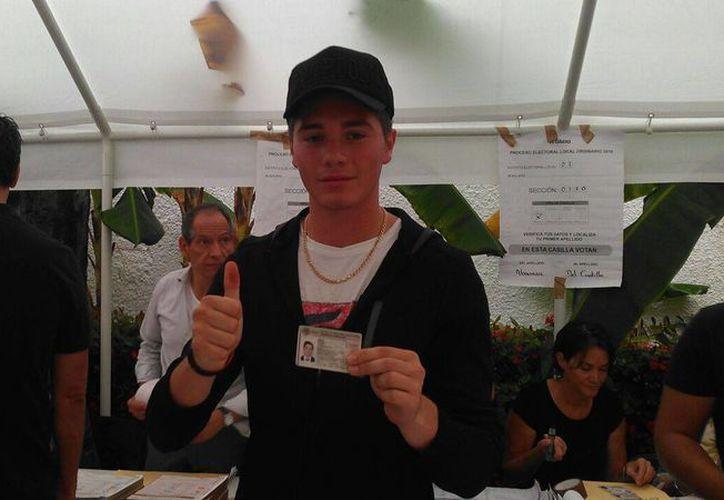 Eugenio Bellizzia, fue el primero en ejercer su derecho a votar en la zona hotelera de Cancún. (Stephanie Blanco/SIPSE)