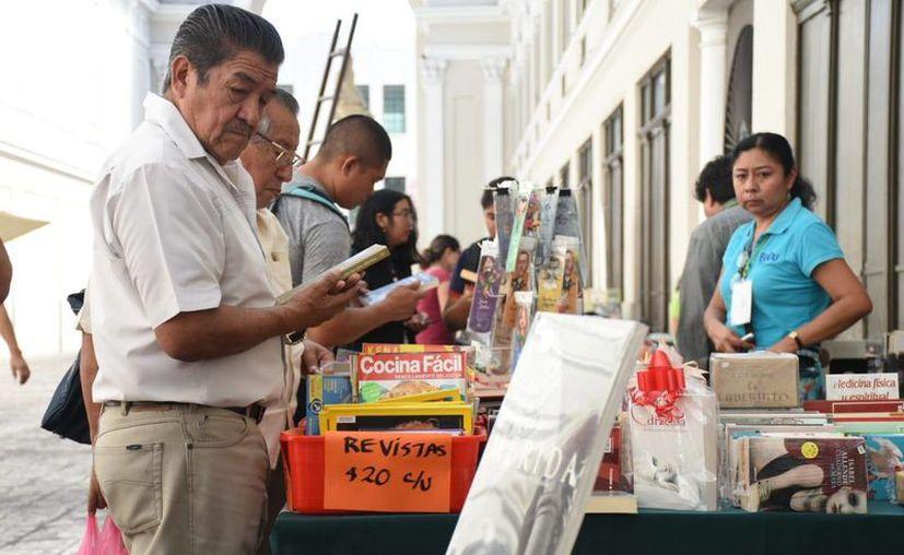 Los libros están expuestos para que el público pueda adquirirlos. (Novedades Yucatán)