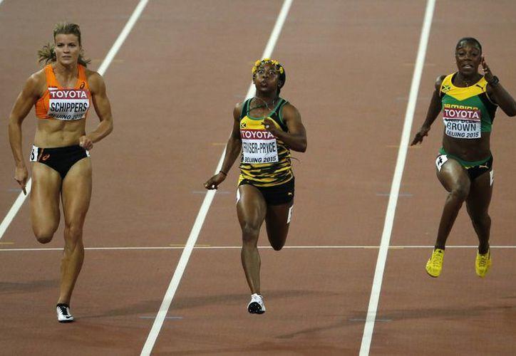 En imagen, la prueba de los 100 metros planos donde la jamaiquina Shelly-Ann Fraser-Pryce (c) consiguió el primer sitio en el Mundial en Beijing. A sus lados se encuentran su compatriota Veronica Campbell-Brown (d) y la holandesa Dafne Schippers (i). (AP)