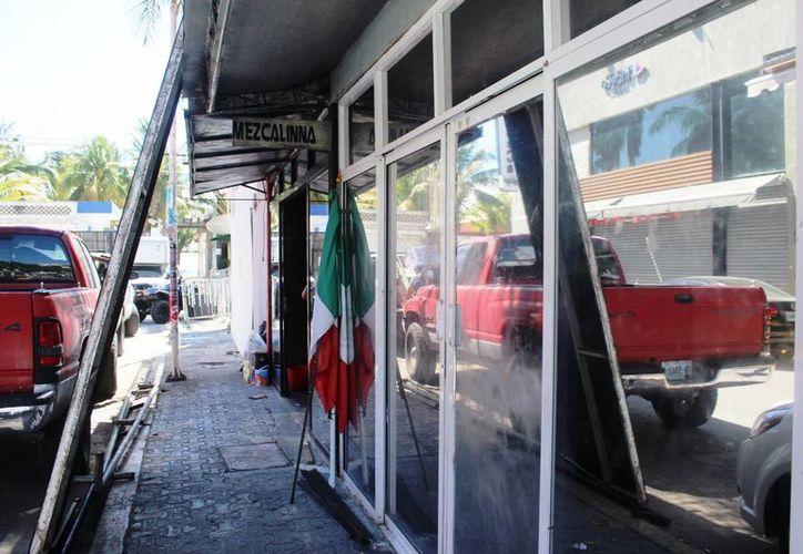 Trabajadores iniciaron ayer el desarme del bar La Mezcalinna. (Foto: Octavio Martínez)