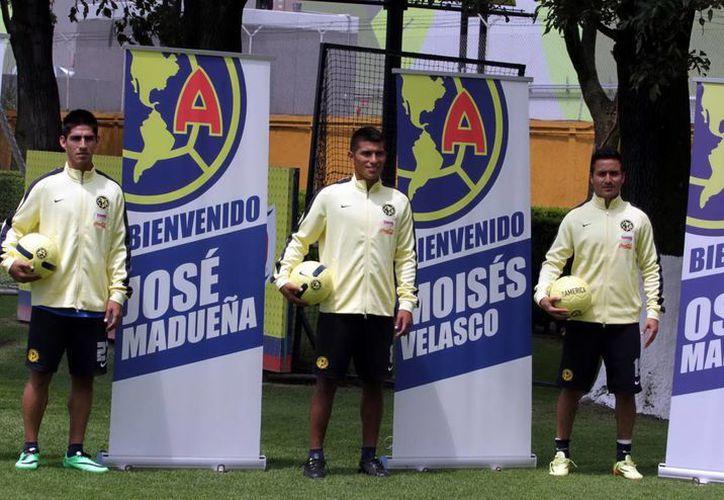 El defensa Osmar Mares (i) regresa al América después de haber salido campeón con Santos. (Notimex)