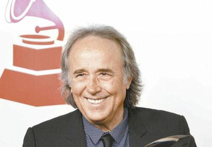 El compositor posa con su galardón como Persona del Año por el Grammy Latino. (Milenio)