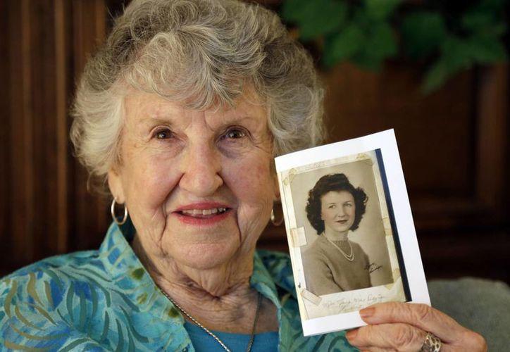 Laura Mae Davis Burlingame, 90, sostiene una foto de sí misma. (Agencias)