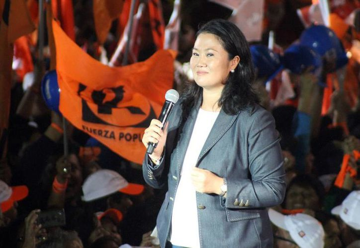 Keiko Fujimori (en la imagen) y Pedro Pablo Kuczynski se disputan la presidencia de Perú en una segunda vuelta electoral. (Notimex/archivo)