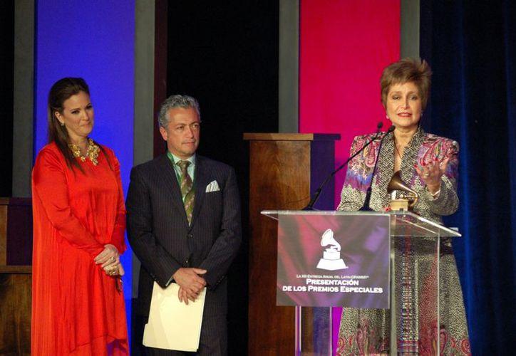 Daniela Romo al recibir su premio. (Agencia Reforma)