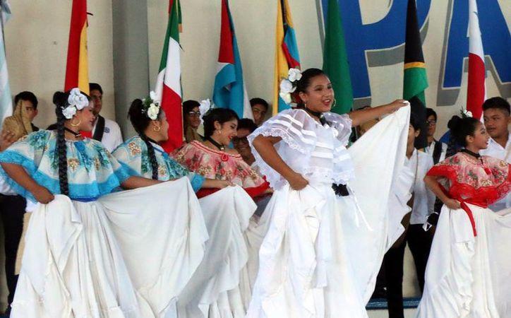 Estudiantes de secundaria rindieron homenaje al 'Día de la Raza' con ritmos y danzas de Panamá, Venezuela, Cuba y Jamaica. (Milenio Novedades)