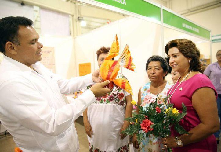 El gobernador Rolando Zapata Bello durante un recorrido por la Expo Adulto Mayor 2013. (Cortesía)