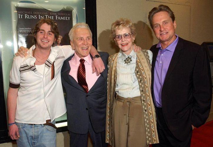 De i a d: Cameron, Kirk y Michael Douglas, nieto, abuelo y padre. El primero acaba de salir de prisión. (nbcnews.com)