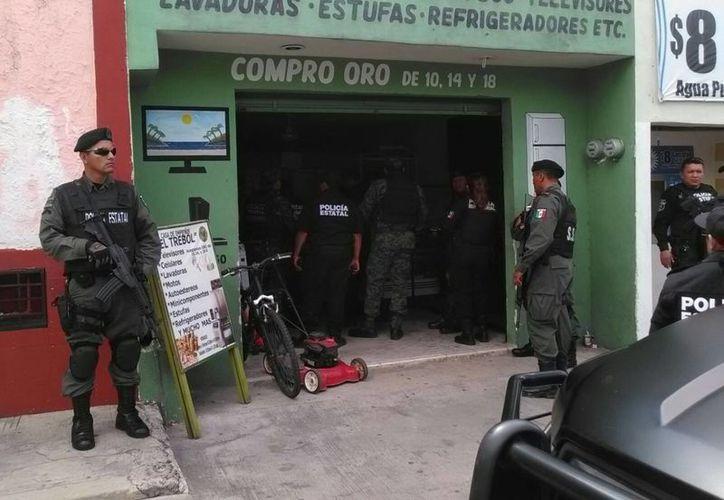 Militares se apostaron a las puertas de la casa de empeño El Trébol, mientras funcionarios de la Profeco fiscalizaban los permisos. (Luis Fuente/SIPSE)