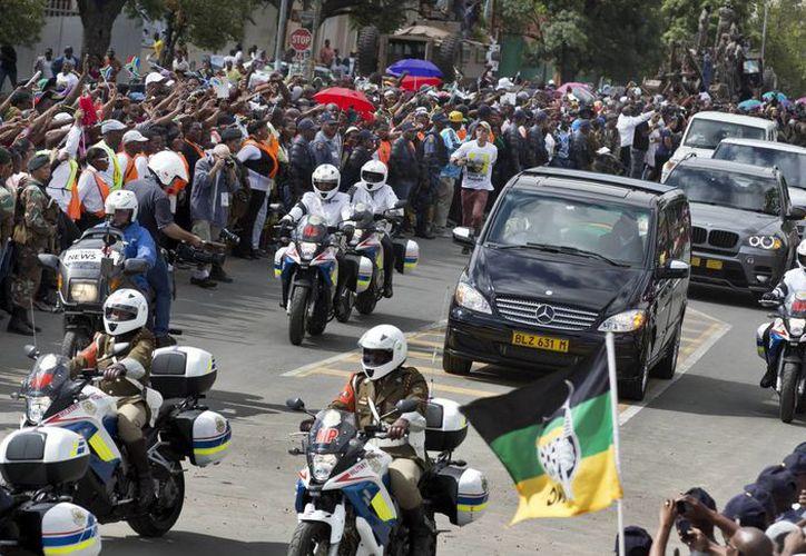 A lo largo del tramo de la carretera N2 que une esa ciudad con Qunu, ciudadanos locales y otros procedentes de muchos puntos de Sudáfrica aclamaron al cortejo fúnebre con canciones de agradecimiento. (Agencias)