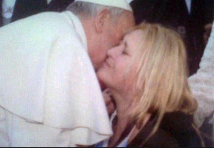 Captura de pantalla del video subido a Youtube, que muestra el encuentro de Carolina con el Papa Francisco. (www.excelsior.com)