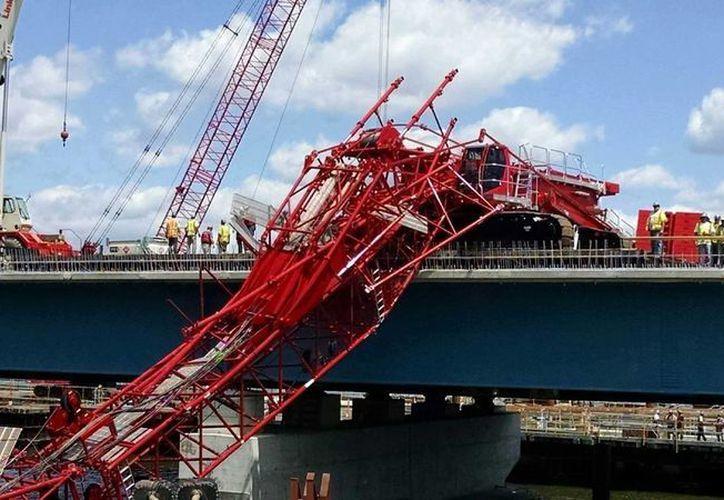 Una grúa gigante se desplomó en el puente de Tappan Zee al norte de la ciudad de Nueva York, se reportaron tres heridos. (David Leibstein/AP)