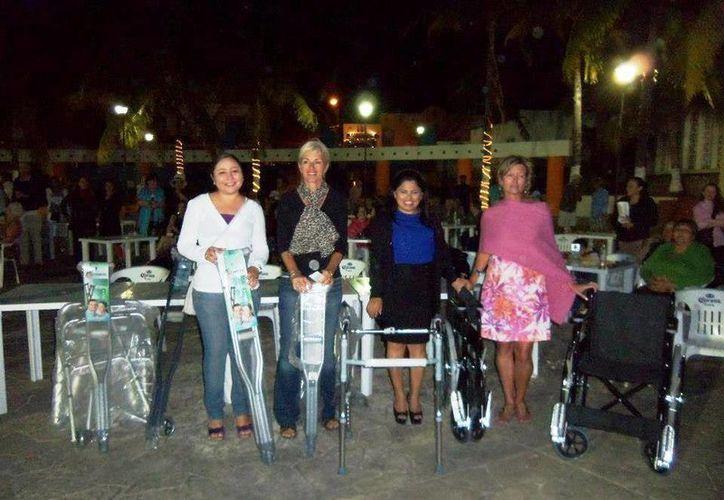 En el marco de este evento donan sillas de ruedas, andaderas, bastones y muletas. (Lanrry Parra/SIPSE)