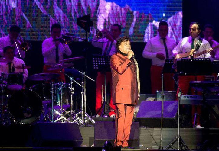 El Divo de Juárez retomó hoy su gira 'Volver' en Lima, Perú, en donde mostró que todavía tiene fuerza para cantar. (AP)