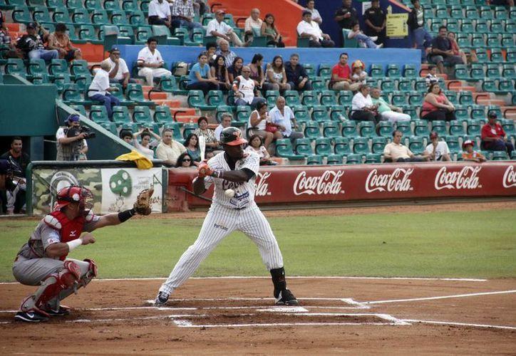 El dominicano Ángel María Berroa desforró la esférica en la quinta entrada con 2 en base. (Milenio Novedades)