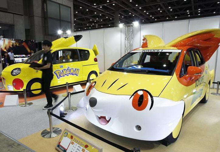 En la Feria del Juguete de Tokio se encuentran de todo tipo de novedades, como estos coches basados en personajes de la serie Pokemon, Fennekin (d) y Pikachu. (EFE)