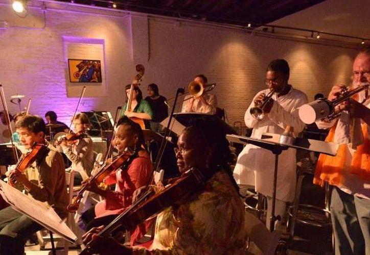 """La """"Go Organic Orchestra"""" imparte un taller de improvisación."""