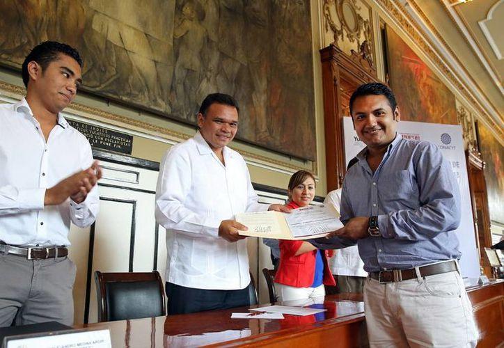 Zapata Bello entregó ayer becas para estudios de posgrado en el extranjero. (SIPSE)