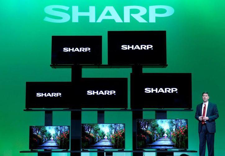 Toshiyuki Osawa, presidente de Sharp Electronics Corporation, presenta televisores Sharp 4K Ultra HD este lunes en la feria tecnológica internacional CES en Las Vegas, EU. (Agencias)