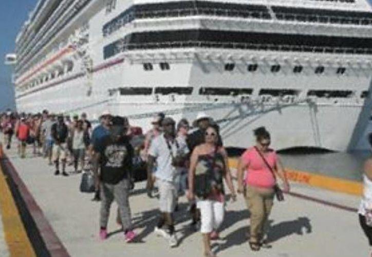 El Carnival Triumph llegó procedente de Cozumel al puerto de Progreso. (Óscar Pérez/SIPSE)