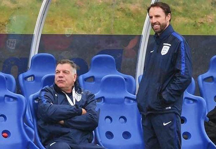 Gareth Southgate (d) ocupará el lugar de Sam Allardyce (i) como seleccionador de Inglaterra. (thefa.com)