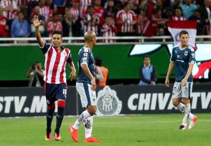 Chivas se encontraba ganando por marcador de 2-0, pero en el segundo tiempo fueron alcanzados debido a las dos expulsiones sufridas.(Archivo/Notimex)