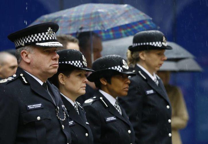 Oficiales británicos guardan dos minutos de silencia en honor a las víctimas fatales que dejó el atentado en Charlie Hebdo. (Agencias)