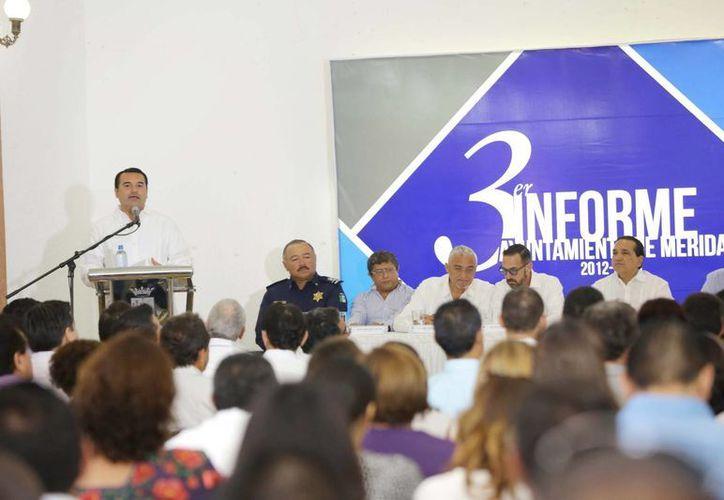 El alcalde Renán Barrera Concha rindió un preinforme ante la Canaco Servytur, organismo que destacó los logros de su administración. (Cortesía)