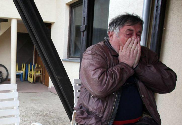 Radmilo Bogdanovic, hermano de Ljubisa llora la 'tragedia' de su hermano, quien mató a 13 personas y luego intentó suicidarse. (Agencias)