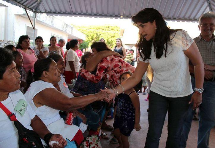 La presidenta del DIF Yucatán, Sarita Blancarte saludó a abuelitos. (Milenio Novedades)